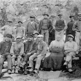 Gruppebilete frå Skjeggedal 1913, anleggsarbeidarar og Mor Norge. (Norsk Vasskraft- og Industristadmuseum sitt arkiv)