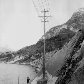 Kraftlinje Tyssedal-Odda, 1908-9. (Norsk Vasskraft- og Industristadmuseum sitt arkiv)