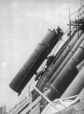 Montering av røyrgata, foto 1910-12. (Norsk Vasskraft- og Industristadmuseum sitt arkiv).