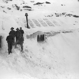 Anleggsfolk ved nedsnødd brakke på Breiabu, 1929. (Norsk Vasskraft- og Industristadmuseum sitt arkiv)
