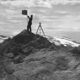 Oppmåling triangelpunkt Kvannanut, 1927. (Norsk Vasskraft- og Industristadmuseum sitt arkiv)