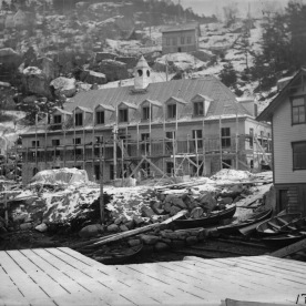 Bygging av administrasjonsbygget, 1914. (Norsk Vasskraft- og Industristadmuseum sitt arkiv)